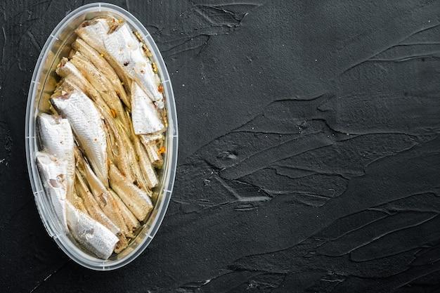 Anchovas enlatadas de peixe em lata de marisco set, em recipiente de plástico, na cor preta