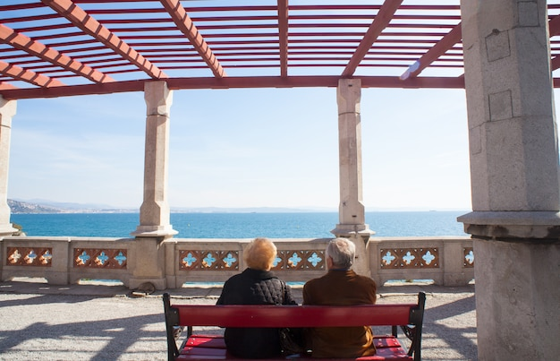 Anciãos sentados em um banco