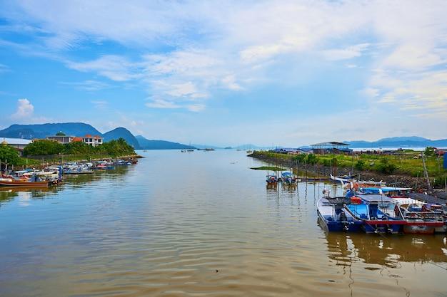Ancoradouro para pequenos barcos de pesca na ilha. langkawi, malásia - 23/06/2020