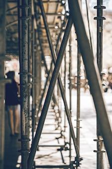 Andaime no meio de uma rua com pessoas borradas andando