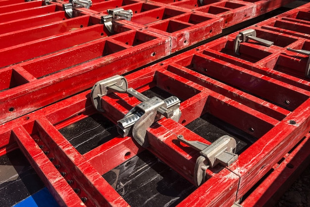 Andaimes e suportes com elementos de fixação. materiais de construção e ferramentas