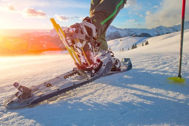 Andando com raquetes de neve nas montanhas