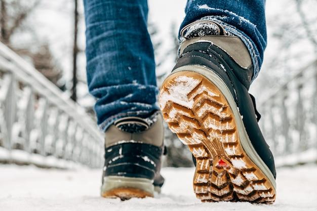 Andando na neve. closeup de sapatos de inverno