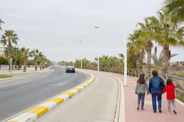 Andando na rua vista traseira