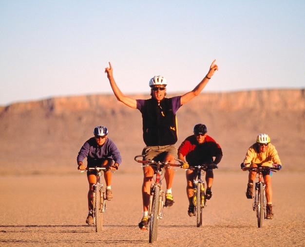 Andar de bicicleta no deserto de alvord