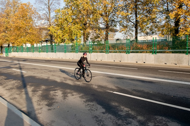 Andar de bicicleta no parque de outono