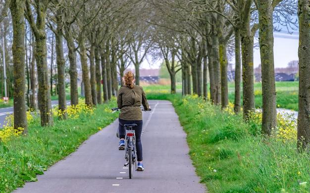 Andar de bicicleta no parque natural