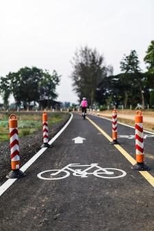 Andar de bicicleta para a saúde ao longo da ciclovia no dia