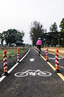 Andar de bicicleta para a saúde ao longo da ciclovia