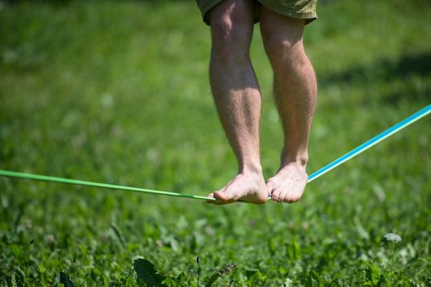 Andar em equilíbrio na corda com os pés descalços