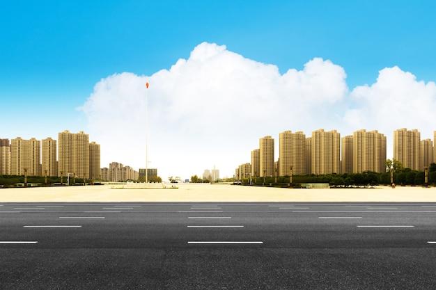 Andar vazio com edifício de escritórios de negócios moderno