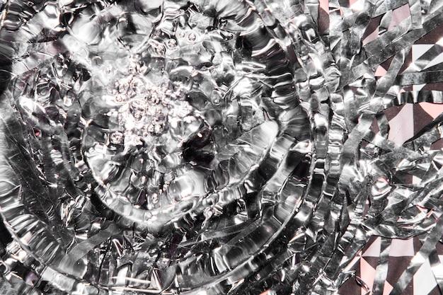 Anéis de água em close-up com diamantes quebrados em prata