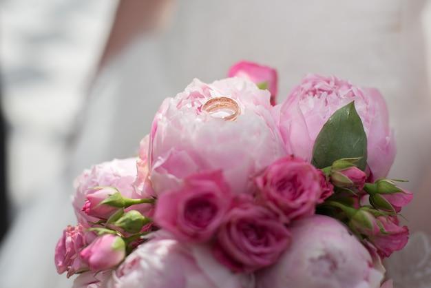 Anéis de casamento buquê de casamento.