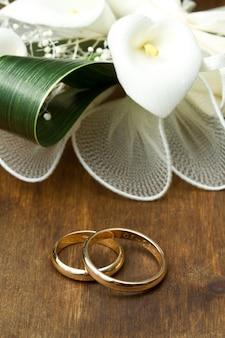 Anéis de casamento com buquê de calla