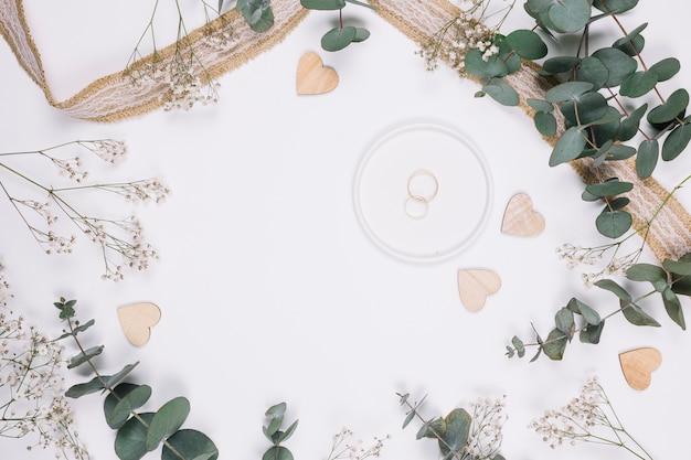 Anéis de casamento com decoração natural