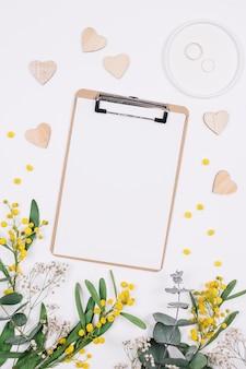 Anéis de casamento com flores e uma folha