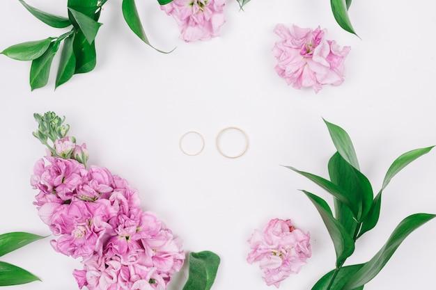 Anéis de casamento com flores