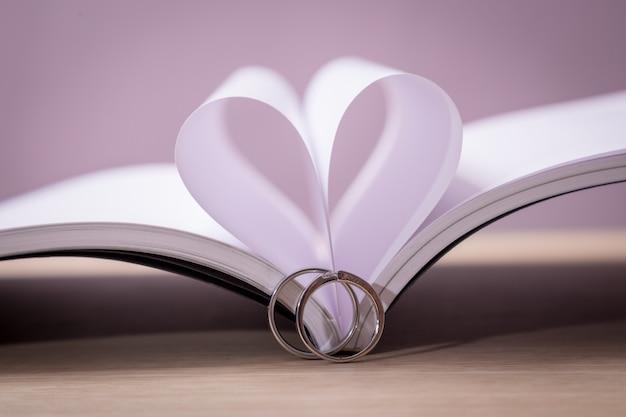 Anéis de casamento com livro de amor