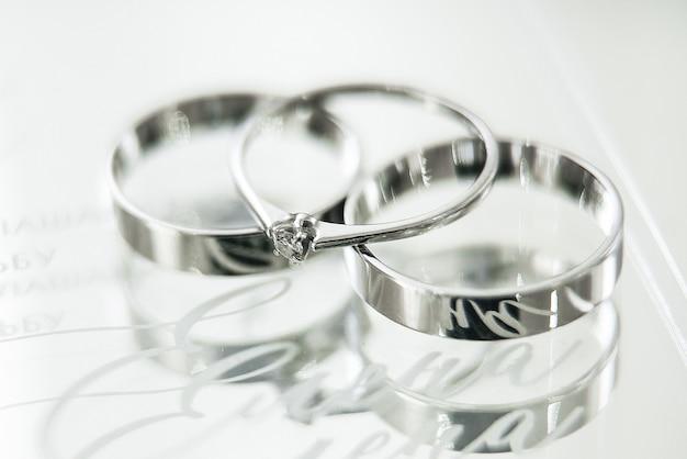 Anéis de casamento, decoração de cerimônia de casamento e detalhes, foco seletivo, macro