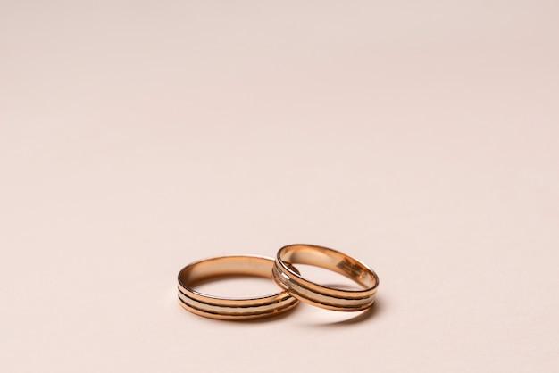 Anéis de casamento elegantes de close-up em cima da mesa