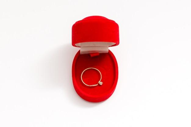Anéis de casamento em uma caixa de presente em fundo branco