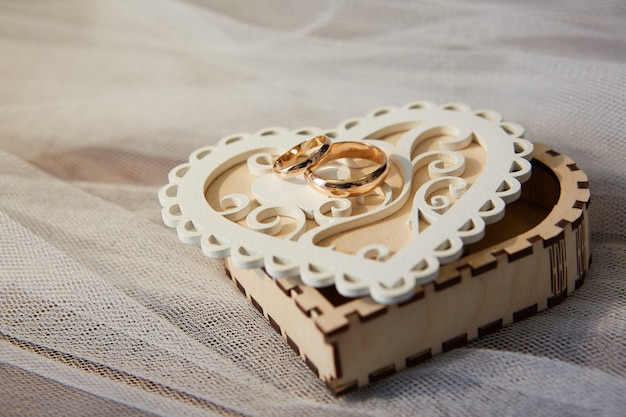 Anéis de casamento estão na caixa