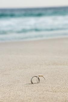 Anéis de casamento na areia