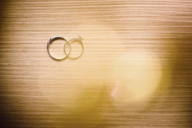 Anéis de casamento na mesa