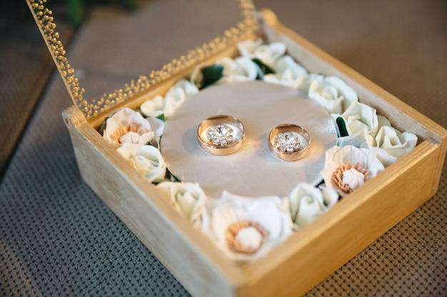 Anéis de casamento nupcial bonitos no dia do casamento