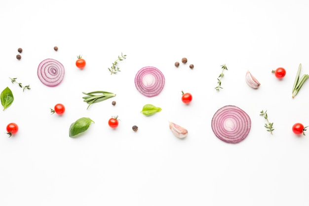 Anéis de cebola com condimentos alinhados