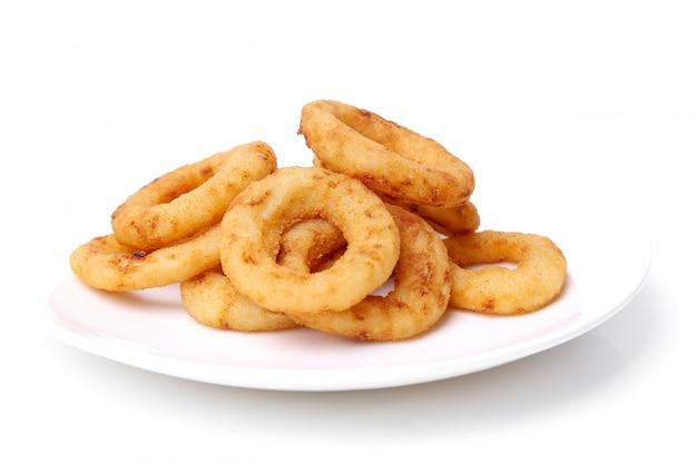 Anéis de cebola e batatas fritas em branco