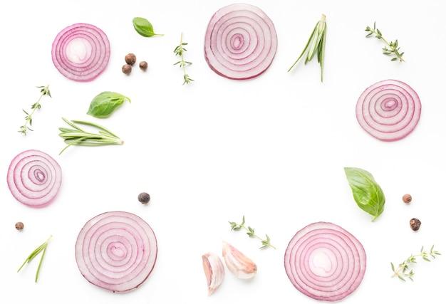 Anéis de cebola e ervas na mesa