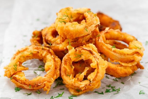 Anéis de cebola fritos crocantes caseiros