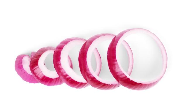 Anéis de cebola roxa fatiados, isolados no fundo branco