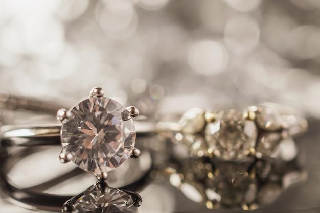 Anéis de diamante de joias de luxo com reflexo no fundo preto