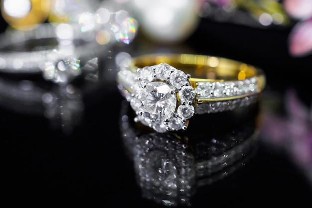 Anéis de diamante na mesa preta