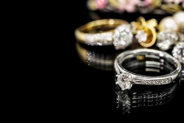 Anéis de diamante na superfície preta