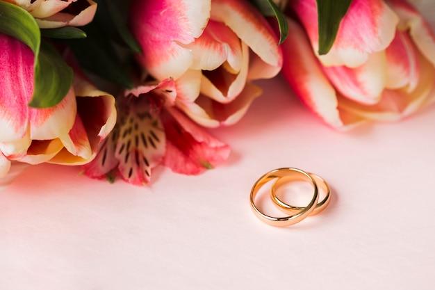 Anéis de engajamento e flores