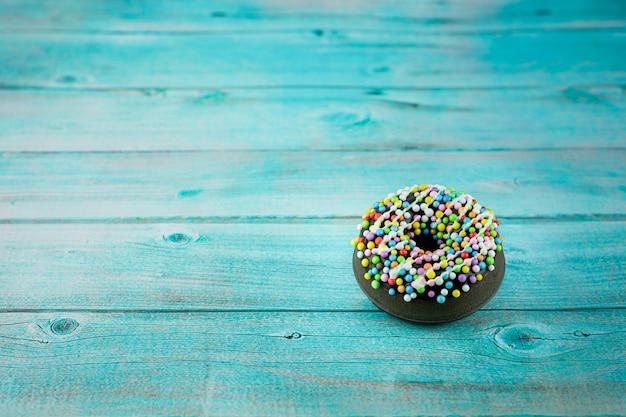 Anéis de espuma na mesa azul na sala da cozinha.