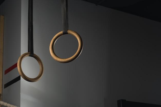 Anéis de ginástica suspensos em tiras no ginásio crossfit
