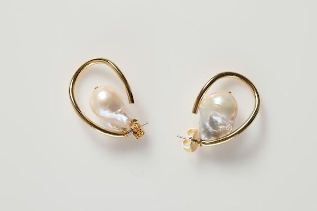 Anéis de joias em fundo branco isolados