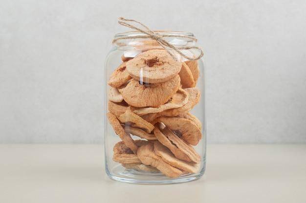 Anéis de maçã seca em frasco de vidro