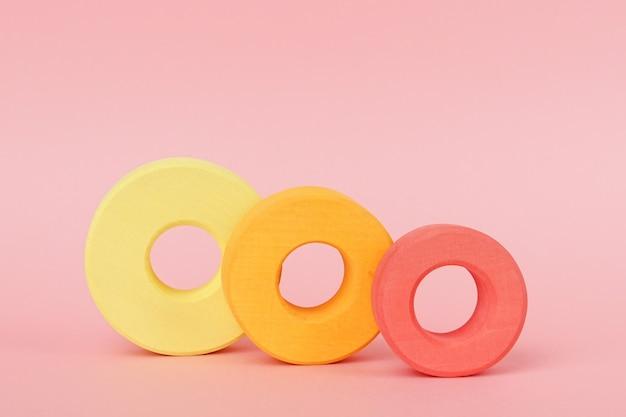 Anéis de madeira infantil de laranja e amarelo
