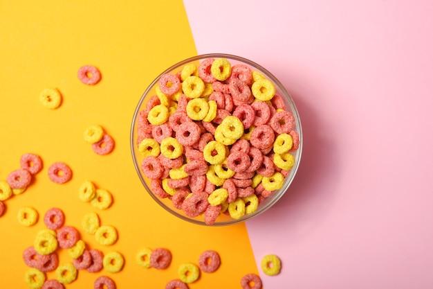 Anéis de milho coloridos no café da manhã na mesa, close-up