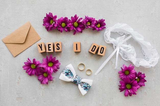 Anéis de noivado com flores