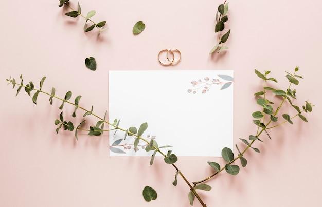 Anéis de noivado com galhos de flores