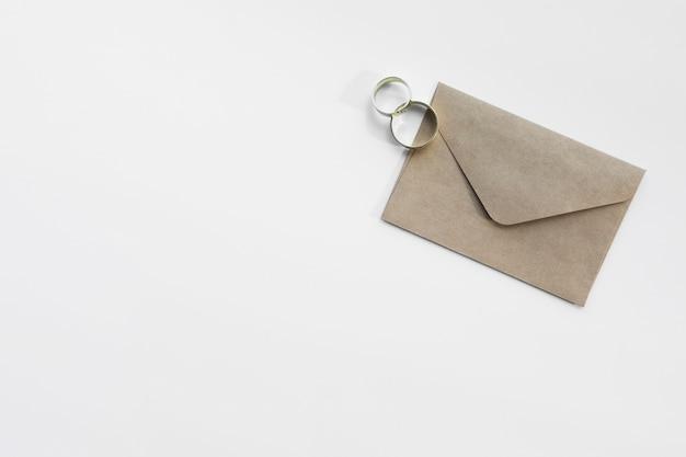 Anéis de noivado e envelope