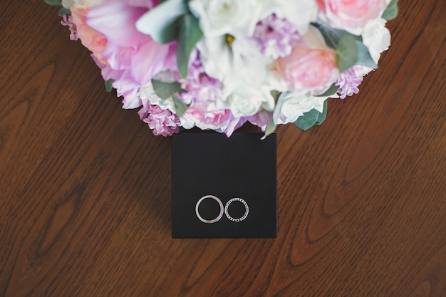 Anéis de noivado em caixa de madeira.