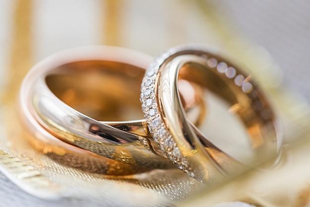 Anéis de noivado em plano de fundo close-up