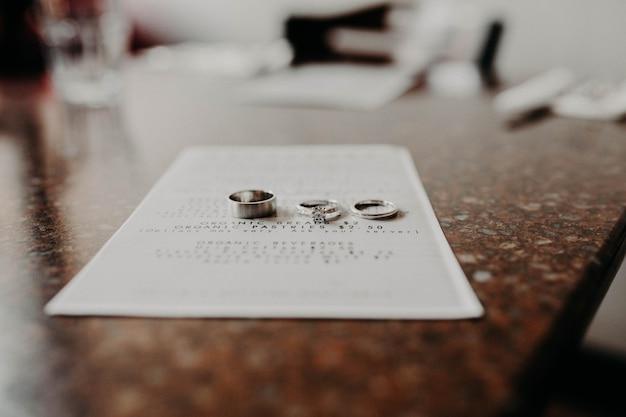 Anéis de noivado estão sobre a mesa